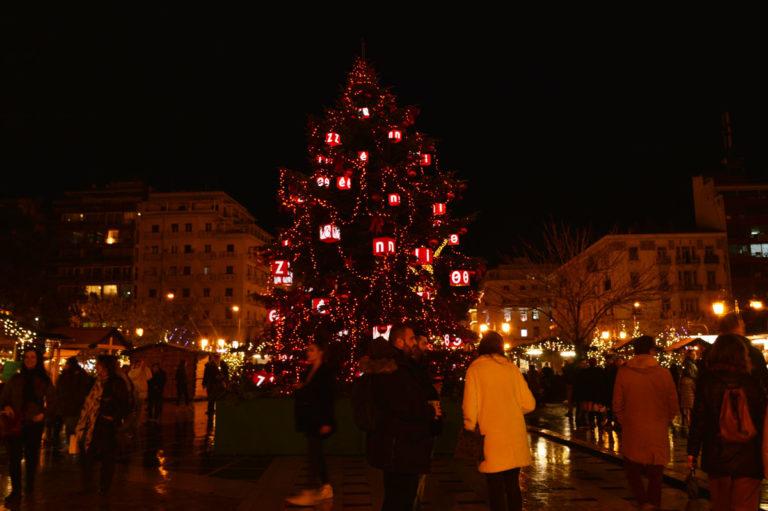 χριστουγεννιατικο-δέντρο-πλατεία-μαγεμένων