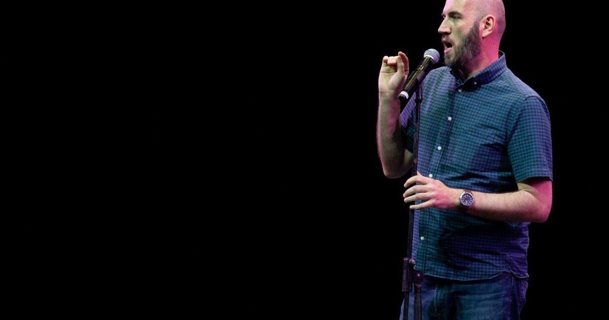 """Το Stand Up Comedy έχει έρθει για τα καλά στην Ελλάδα (καιρός ήτανε..). Είναι το νέο ντιτζειλίκι θα έλεγε κανείς.Έχουμε γεμίσει """"κωμικούς"""" αλλά και κωμικούς. Όλοι, σχεδόν, δίνουν στον εαυτό τους μια προσπάθεια στο Stand Up Comedy συμμετέχοντας σε κάποιο Open Mic. Open Mic είναι το είδος Stand Up, οπού νέοι και παλιοί κωμικοί ανεβαίνουν στη σκηνή και έχουν 5 λεπτά να αποδείξουν την αξία τους. Αυτό με τα πέντε λεπτά και την απόδειξη κάποιας αξίας, το έχω πάθει και στο σεξ. Με μία μικρή διαφορά, στο stand up δεν πήρα γέλια."""