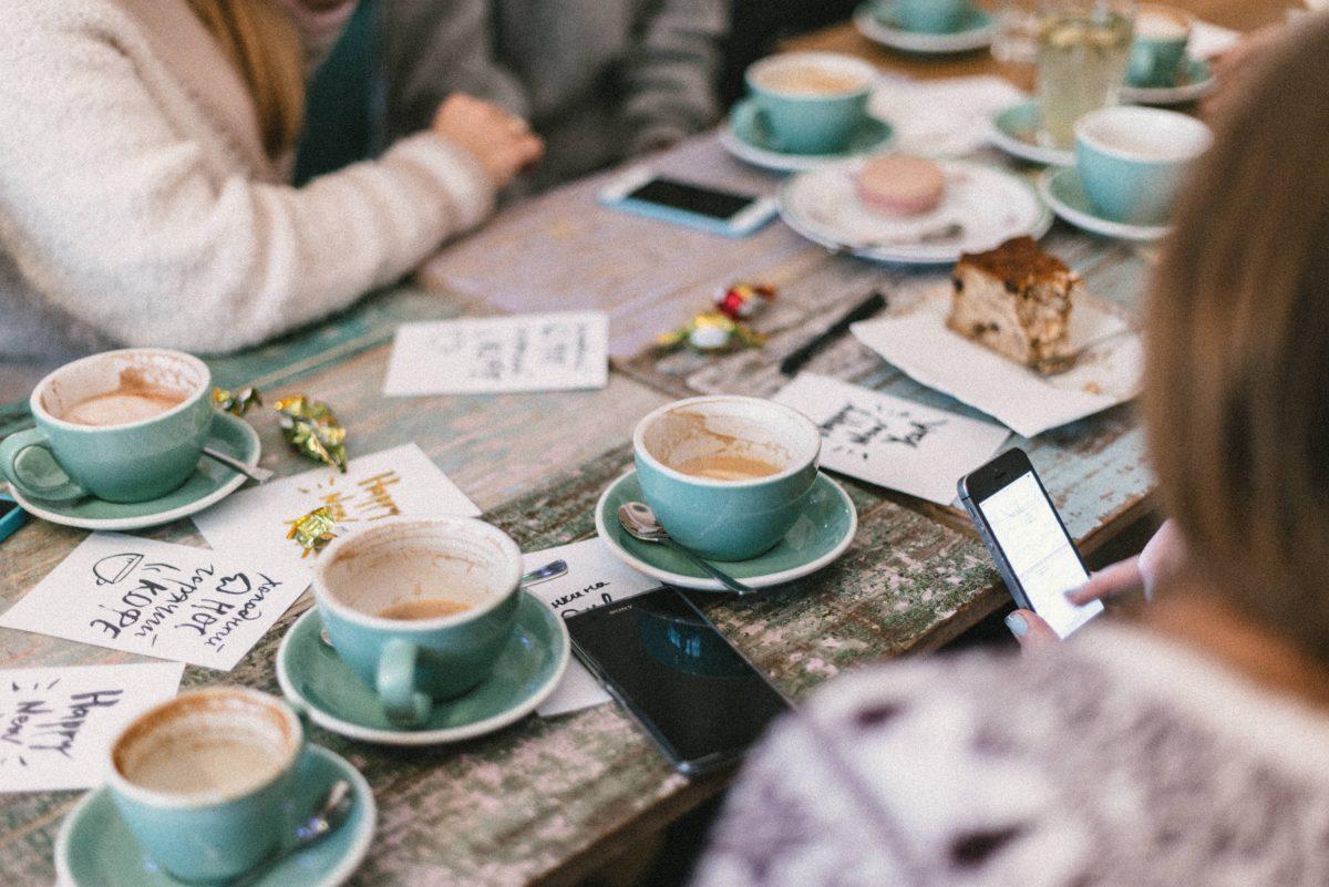 Τι και αν διένυαν τις πιο πολυάσχολες μέρες τους, τι και αν οι υποχρεώσεις, τους κυνηγούσαν και ο καιρός ήταν κακός, αυτοί πάντα θα έβρισκαν χρόνο για μία στάση στο αγαπημένο τους στέκι << Σέντραλ Πέρκ >>. Ένας καφές με τα αγαπημένα τους πρόσωπα, ένα αστείο με την παρέα και μία ευχή για καλό κουράγιο στο τέλος, ήταν αρκετό, για να τους βοηθήσει να τα βγάλουν πέρα με την ρουτίνα της καθημερινότητας. Το μήνυμα τους ;