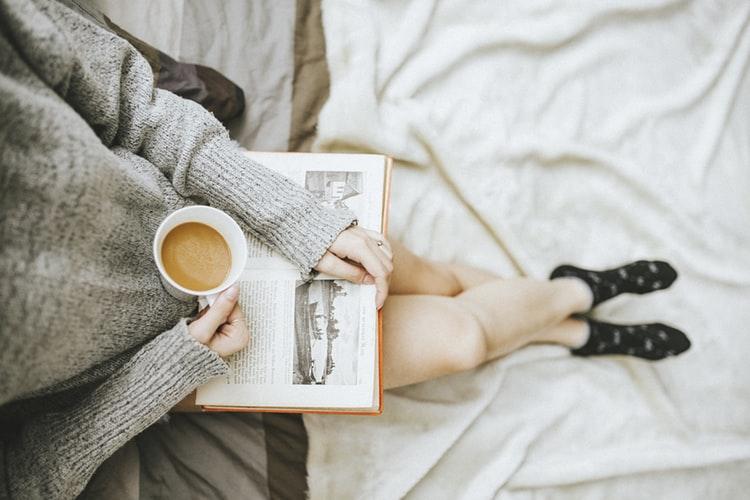 Τσάι με λεμόνι στο μπαλκόνι... ή εντάξει και κρασί αν θέλετε, το σηκώνει η περίσταση! Αλλά σίγουρα να έχετε μαζί και το βιβλίο σας.